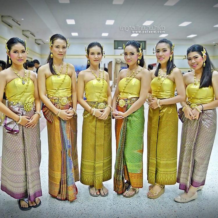 ชุดไทยเดินขบวนกีฬาสี