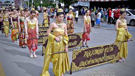 ชุดไทยถือป้าย ชุดไทยเดินขบวน