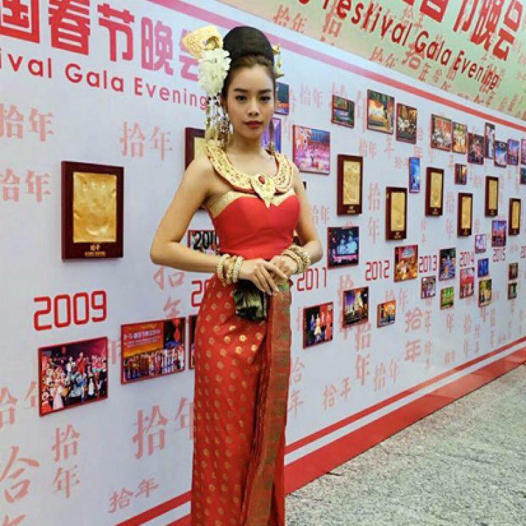 ชุดไทยประยุกต์สีแดง